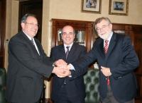 De izquierda a derecha, Segio Lavanchy, Francisco Triguero y José Manuel Roldán se saludan tras la firma del convenio