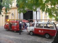 Vehículos de emergencias a las puertas de la Facultad de Filosofía y Letras, con motivo del simulacro