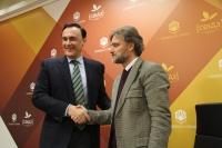 José Carlos Gómez Villamandos y José Fiscal, durante la firma del convenio.