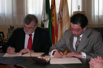 El rector, José Manuel Roldán, con el gerente Enterprise Energy, Francisco José Durán, en el momento de la firma del acuerdo