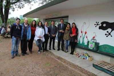 El rector (el tercero por la izquierda), con representantes del Área de Cooperación, autoridades universitarias y representantes del Banco de  Alimentos en el kiosko de los Gallipatos