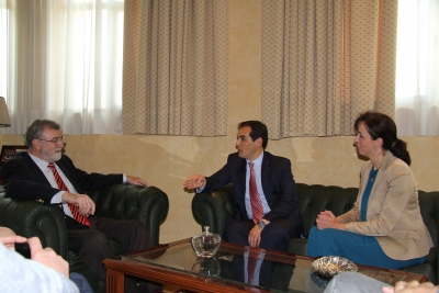 El rector, José Manuel Roldán, conversa con el alcalde, José Antonio Nieto y la presidenta de la Diputación, Mª Luisa Ceballos