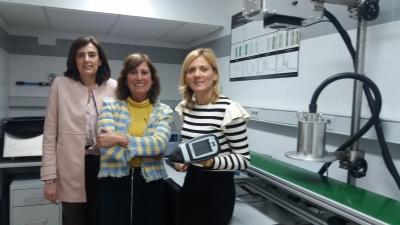 De izq. a dcha., María Teresa Sánchez, Ana Garrido y Lola Pérez, tres de las autoras del trabajo, con los equipos portátiles y fijos de NIRS