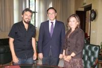De izquierda a derecha, Paco Acedo, José Carlos Gómez Villamandos y Rosario Mérida, tras la firma del acuerdo.