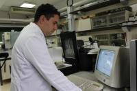Manuel Olmo, investigador del Departamento de Botánica, Ecología y Fisología Vegetal de la UCO, analiza las raíces de una planta en un escáner
