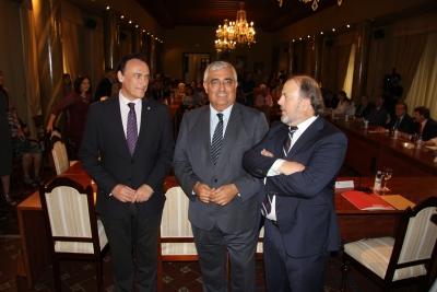José Carlos Gómez Villamandos, Antonio Ramírez de Arellano y Francisco Luis Córdoba conversan antes del comienzo del pleno extraordinario.