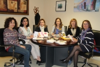 Rosario Mérida, María Rosal  y representantes de la Asociación