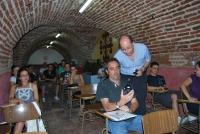 El profesor de ingeniería y gerente de la Univesidad de Córdoba, Antonio Cubero, muestra un dosímetro a los alumnos.