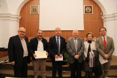 Autoridades, integrantes del jurado y el profesor Pedro Marfil, que ha recogido el galardón en nombre de la premiada.