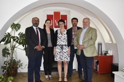 Nuria Magaldi (en el centro) y Francisco Sánchez, con representantes de la UVM.