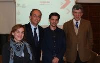 De izq. a dcha.Auxiliadora Guisado, Gabriel Pérez Alcalá , un alumno de Etea colaborador honorario del Aula y Jose Maria Margenat