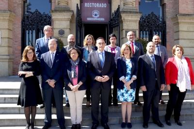 El candidato Gómez Villamandos posa junto a los integrantes de su equipo