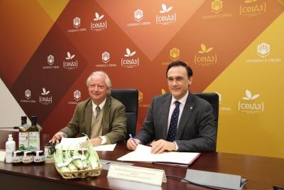 De izquierda a derecha, Andrés López Raya y José Carlos Gómez Villamandos durante la firma del acuerdo