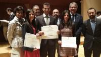 Tres de los estudiantes galardonados con representantes de la UCO