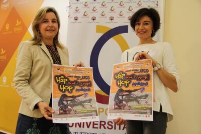 De izquierda a derecha, Rosario Mérida y Marta Domínguez, con el cartel de la actividad