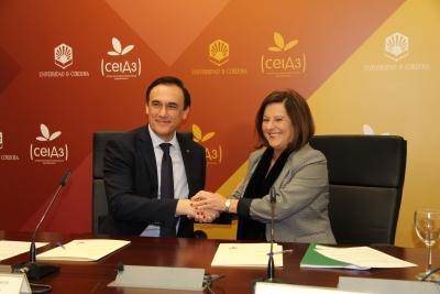 José Carlos Gómez Villamandos y Mª José Sánchez Rubio, estrechan sus manos tras la firma del protocolo.