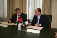El rector, José Manuel Roldán, y el consejero de Medio Ambiente, José Juan Díaz, conversan durante el acto de firma del acuerdo
