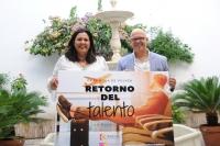 Dolores Amo y Rafael Linares posan con el carte del programa 'Retorno del Talento'