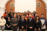 Foto de familia de autoridades y estudiantes participantes en el proyecto