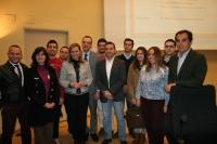 Los candidatos, junto a los alumnos que participaron en el debate y el decano de la Facultad, Manuel Izquierdo.