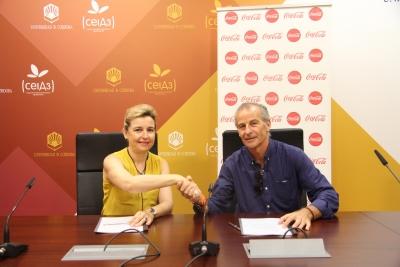 Rosario Mérida y Francisco De la Torre se saludan tras la firma del convenio