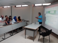 El profesor Hassan El Bari impartiendo clases
