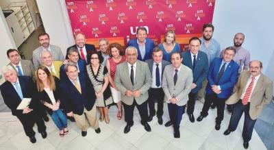 Foto de familia de asistentes a la reunión del CAU
