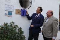 El rector descubre el azulejo que desde hoy expresa el apoyo de la UCO a los patios cordobeses