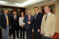 El rector da la mano al presidente de Caja Rural  junto a representantes de ambas instituciones.