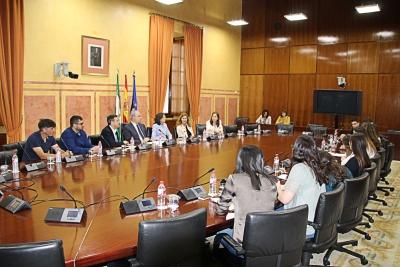 Un momento de la reunión mantenida en el Parlamento de Andalucía entre el alumnado del Laboratorio Jurídico sobre Desahucios de la UCO, el presidente Durán y representantes de todos los grupos parlamentarios