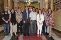 En el centro, el rector y el director del Aula de Debate, Manuel Bermúdez, junto al Equipo de Gobierno.