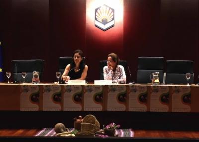 La delegada para Proyección Internacional de la UCO, María del Mar Delgado, junto a la coordinadora de BOND, Angela Hilmi