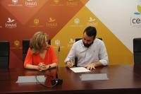 Rosario Mérida y Alberto Mayoral durante la firma del acuerdo en el Rectorado de la UCO.