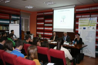 De izquierda a derecha, Juan Velarde, José Mª Casado y Nuria Magaldi durante la conferencia impartida en el Centro de Documentación Europea.
