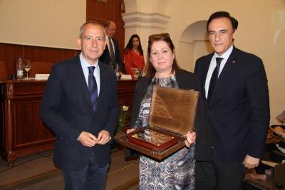La viuda del profesor Rivera Cárdenas recibe la placa de homenaje de manos del rector José Carlos Gómez Villamandos y el decano de la Facultad, Ricardo Córdoba de la Llave.