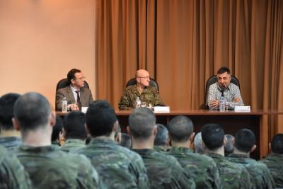 De izquierda a derecha, Eulalio Fernández, Rafael Colomer Martínez y Gervasio Sánchez durante la conferencia.