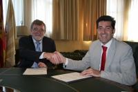 El rector y el gerente de INGESA estrechan sus manos tras la firma del acuerdo