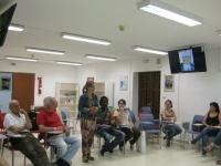 La vicerrectora de Vida Universitaria y Responsabilidad Social, Rosario Mérida, saluda a los asistentes a la reunión