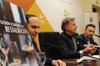 En el centro, el director de la Cátedra de Gastronomía de Andalucía con los autores del libro, en su presentación en el Rectorado.