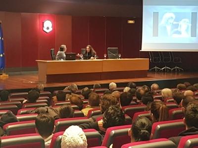 Tomatito conversa con el periodista Manuel Curao en el Salón de Actos del Rectorado.