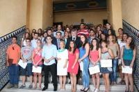 Los estudiantes con el rector y el alcalde en las escaleras del Rectorado