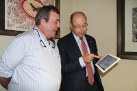 De izquierda a derecha, José Ángel Murillo, jefe de servicio de Informática Aplicaciones Corporativas y Antonio Cubero, vicerrector de Coordinación Institucional e Infraestructuras, revisan la nueva funcionalidad.
