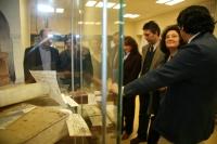 Autorides asistentes a la inauguración de la exposición contemplan una de las vitrinas