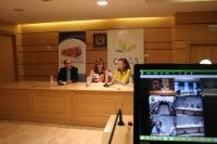 Julián Morales, Julieta Mérida y Agustina Gómez Hens se dirigen al resto de participantes del Máster Interuniversitario de Química (en la pantalla de la derecha) a través de una videoconferencia
