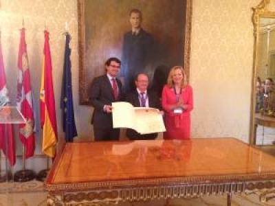Valcárcel recibiendo la distinción de mano del alcalde de Salamanca