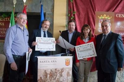 Momento de la entrega del XXVIII Premio José Luis Mesias Iglesias por el presidente de la Junta de Extremadura a los responsables del grupo Vitenol