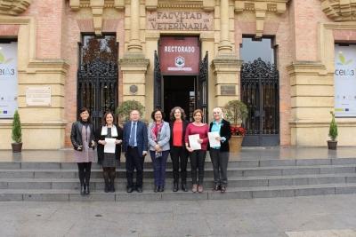 El jurado que ha valorado los trabajos, junto a la vicerrectora de Investigación, María Teresa Roldán