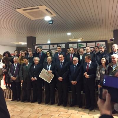 En el centro, el rector y el director de Diario Córdoba, con autoridades y periodistas asistentes al acto
