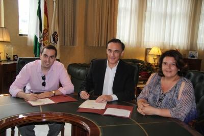 De izquierda a derecha, Rafael Bonilla, José Carlos Gómez Villamandos y Mª Carmen Balbuena, esta mañana durante la firma del acuerdo de donación
