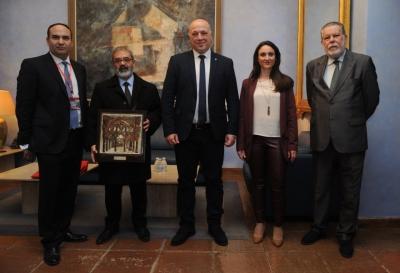 En la foto el profesor de la UCO Ricardo Hernández, acompañando al Ministro, junto a las autoridades De la Diputación de Córdoba.